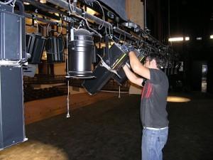 Técnico de Iluminación en el proceso de montaje