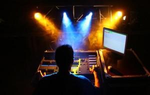 Técnico de Iluminación trabajando en un espectáculo en directo