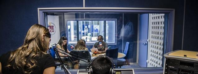 Un estudio de radio