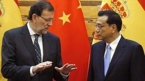 El presidente del Gobierno español, Mariano Rajoy, conversa con el primer ministro chino Li Keqiang