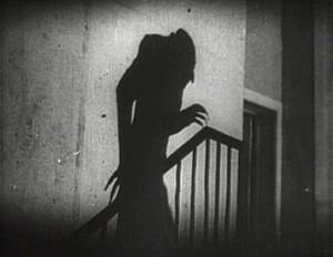 Ejemplo de montaje interno por presencia fuera de campo en la película Nosferatu
